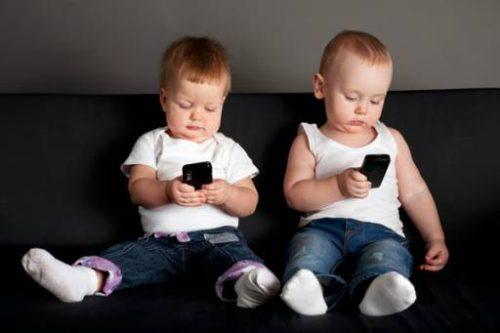 Ecco cosa pensano i pediatri circa l'utilizzo dei cellulari e tablet nei bambini