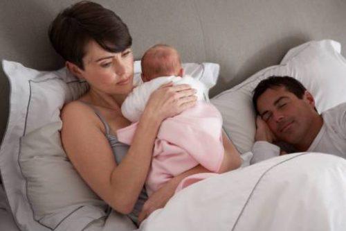Le conseguenze della mancanza di sonno sulle madri: ecco quali sono