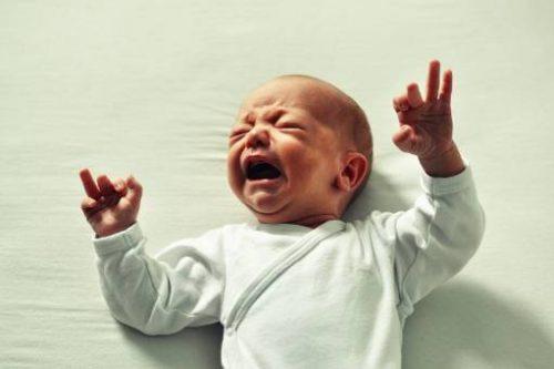 I primi mesi del bambino possono essere un banco di prova molto difficile per i genitori, che potrebbero compiere azioni dettate dalla frustrazione, come lo scuotimento.