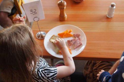 Cosa fare quando i bambini fanno i capricci a tavola